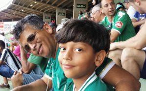 Pai e filho costumam ir juntos ao estádio acompanhar os jogos do Verdão Foto: Rodrigo de Azevedo
