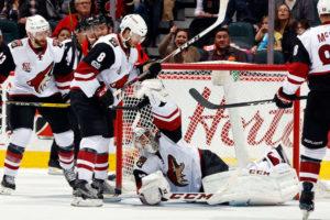 Smith fazendo uma glove save ao decorrer da partida. Foto: NHL.com/Getty Images.