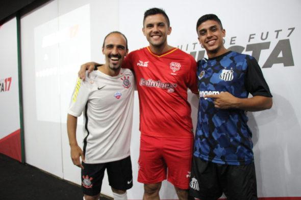 Favoritos ao titulo, atletas de Corinthians, Audax e Santos brincam durante a cerimônia. (Foto: Raquel Costa)