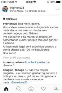 Everton Faz Sorteio De Camisa Do Grêmio Na Web E Douglas Brinca Na