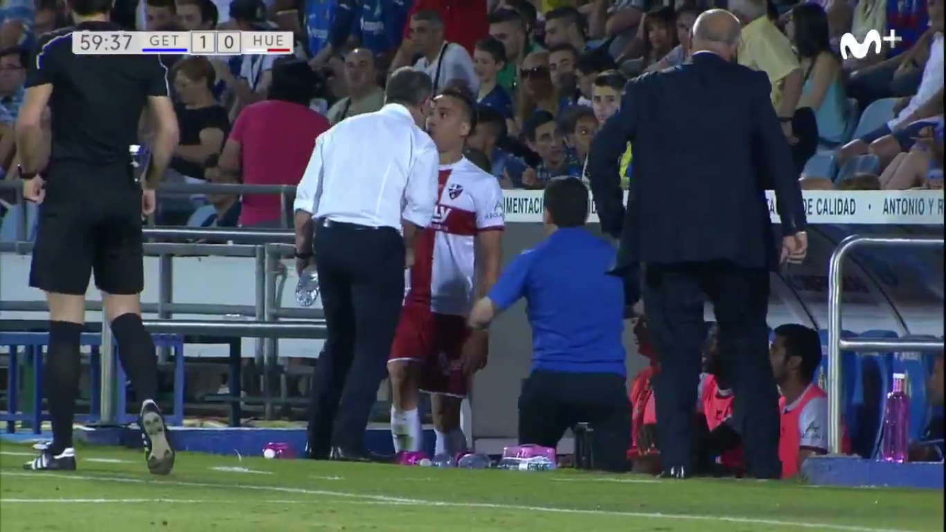 O técnico do Huesca Juan Antonio Anquela deu uma cabeçada no meia David López, que reclamou após ter sido substituído em jogo da Segunda Divisão espanhola